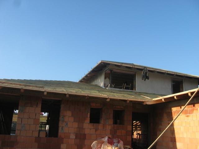 Új családi ház tetőszerkezetének elkészítése, légáteresztő fólia alkalmazása.
