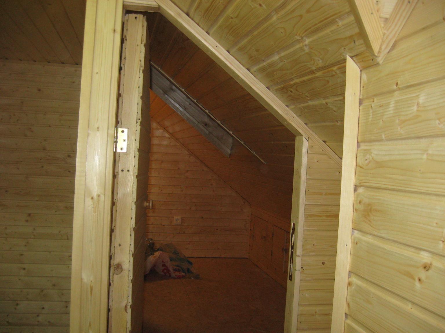 Beltéri ajtó beszerelése és beépített szekrény készítése.