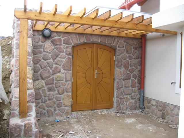 Pergola kétszárnyú ajtó előtt.