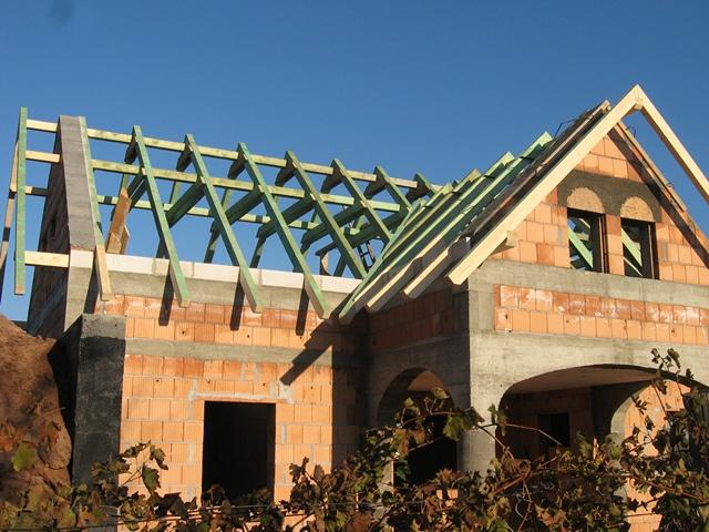 """Nyeregtető építése egy """"L"""" alkakú családi házon."""