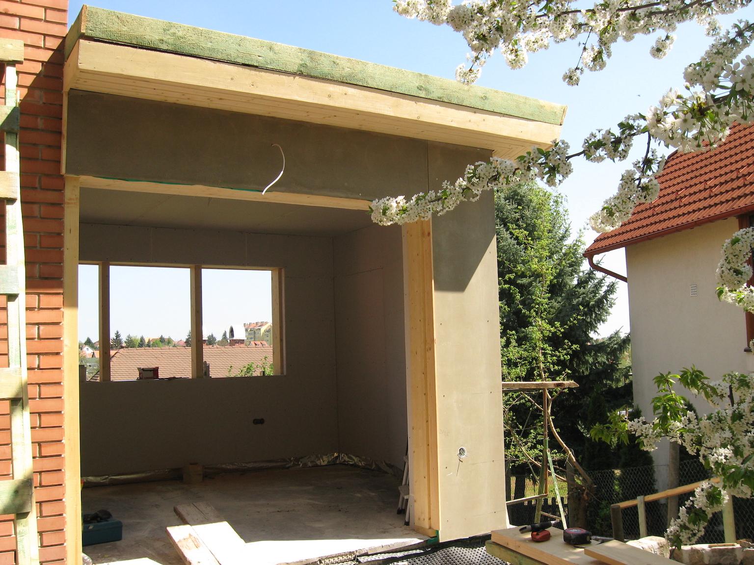 Gipszkartonozás egy családi ház melléképületének belső részén.