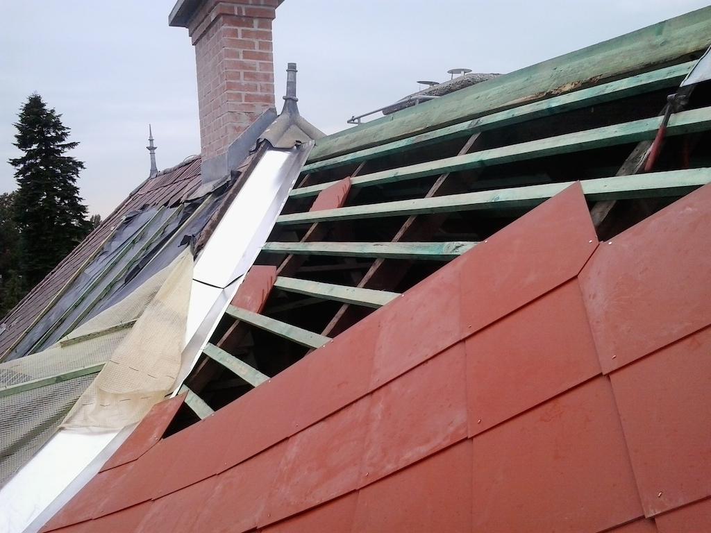 Háttérben a régi palafedés, előtérben az új. A felújítás részeként a bádogos munkák is elvégzésre kerültek.