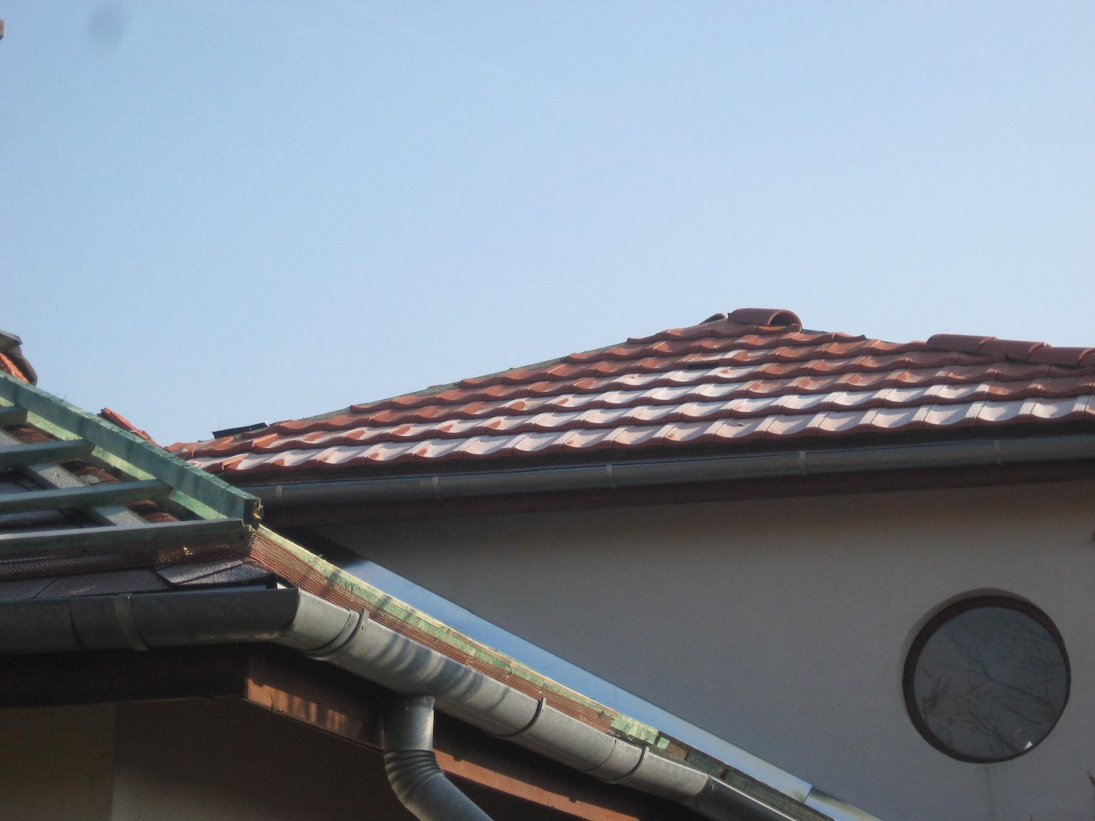 A lécezést követően a tető egy másik részére felkerültek a cserepek.