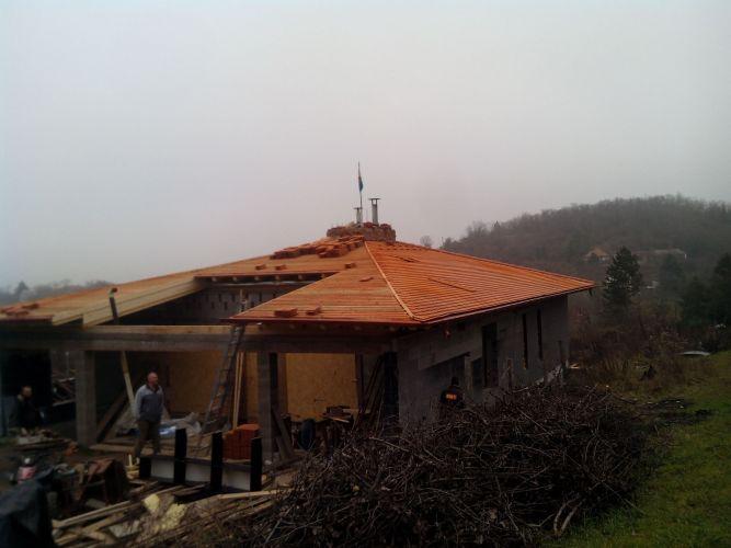 Teljes tető elkészítése egy családi házon Kamaraerdőn.