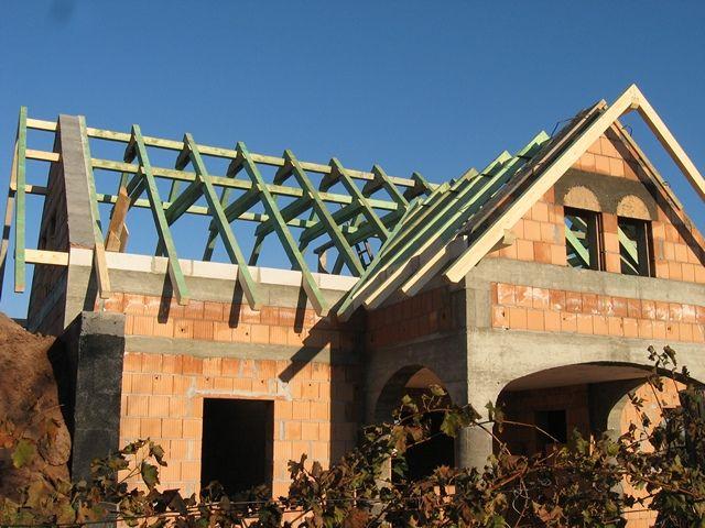 """Nyeregtető építése egy """"L"""" alakú családi házon."""