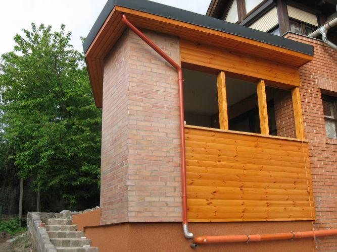 Szentendrei családi ház melléképülete. A munka során az eresz is felszerelésre került.