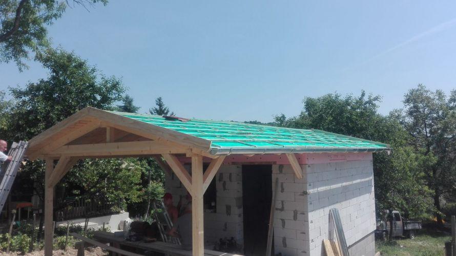 Hétvégi ház tetőszerkezetének ácsolása.