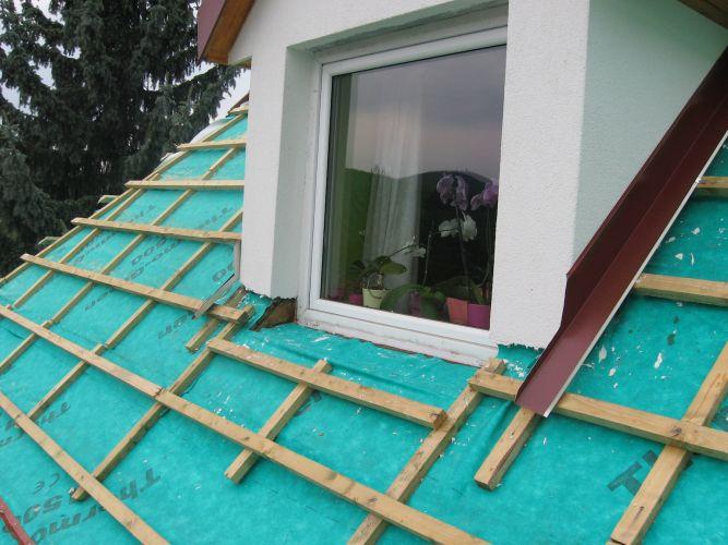 Bádogszegély készítése álló tetőtéri ablakhoz.