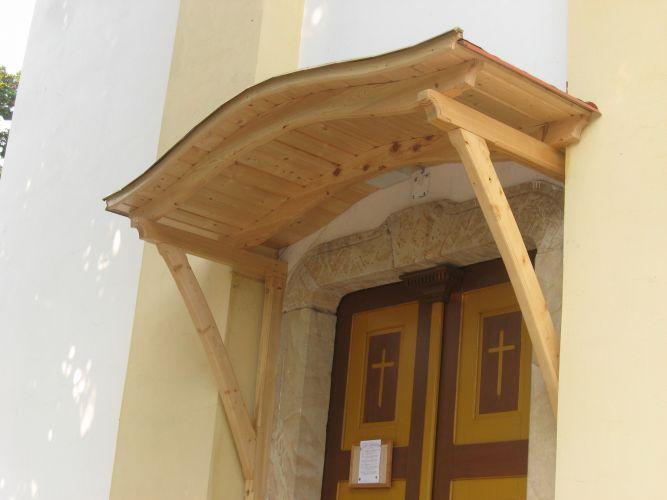 Kesztölci római katolikus templom bejárata fölé épített előtető.