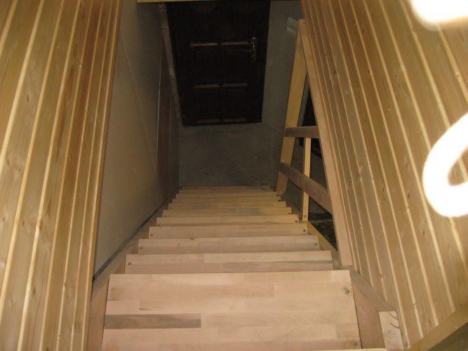 Fa lépcsős feljárat készítése, oldalt gipszkarton hangszigeteléssel.