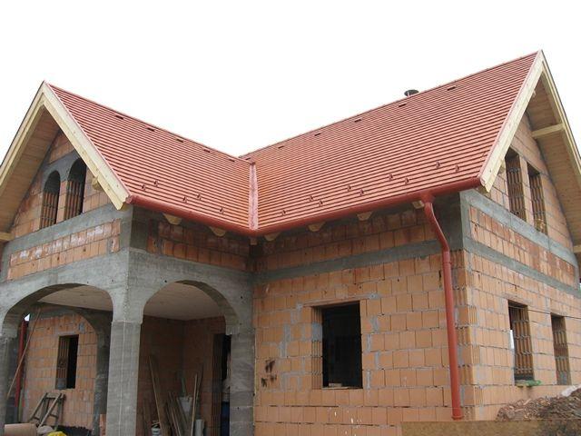 Az elkészült cserepezés. A tető dupla szigetelést kapott.