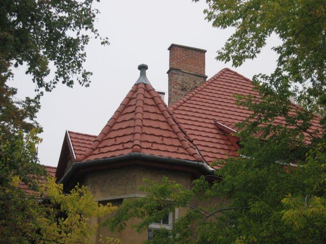 Bonyolult tetőszerkezet fedése cseréppel egy XII. kerületi társasházon.