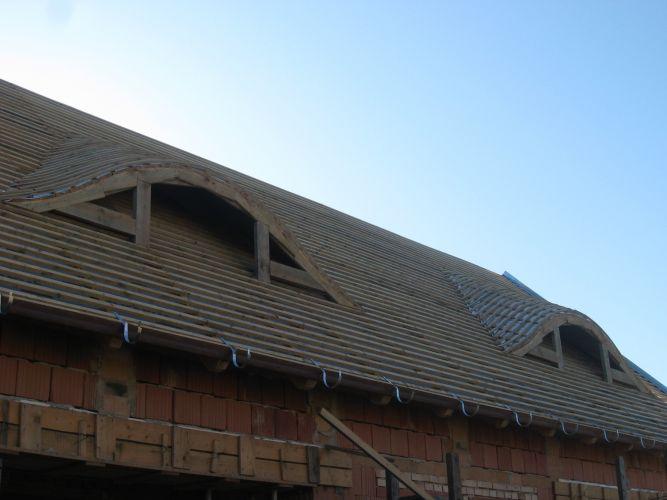 Családi ház tetőfedése Nagykovácsiban. Harcsaszáj kiképzésű álló tetőablakok kialakítása, tetőlécezés.