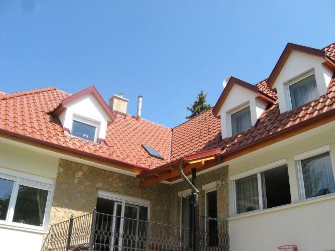 A megújult tető az udvar felől.