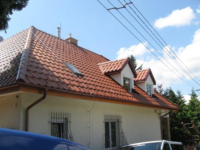 A megújult tető az utca felől.