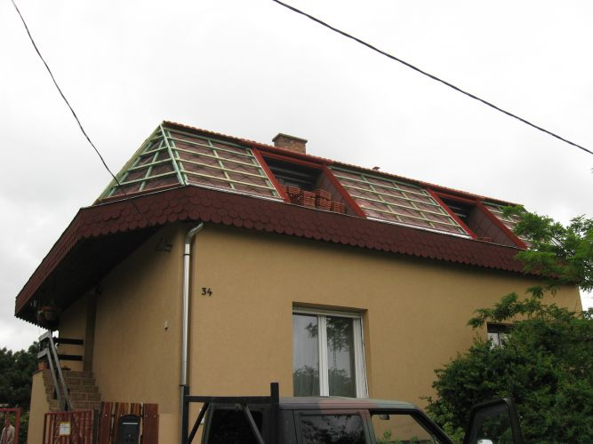 Újpesti családi ház tetőfelújítása cseréppel történő átfedéssel. A régi palatetőn rögzítésre kerültek a tetőlécek.