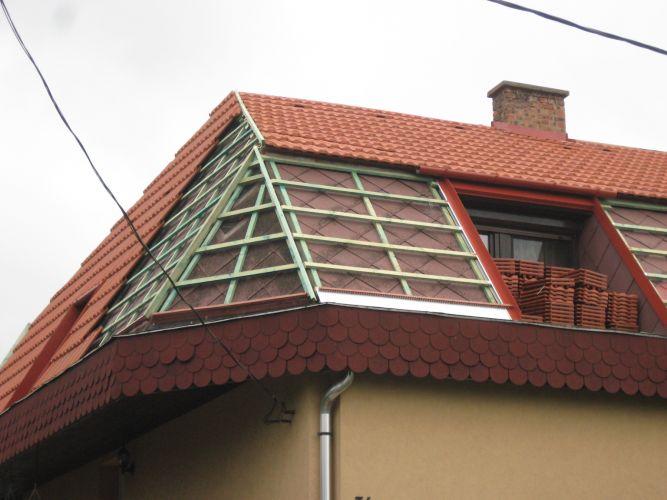 A cserépfedés a tető nagy részén elkészült.