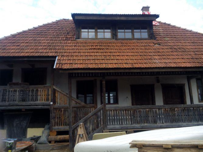 Több, mint 150 éves családi ház Kisorosziban. A kép a munka megkezdése előtt készült.