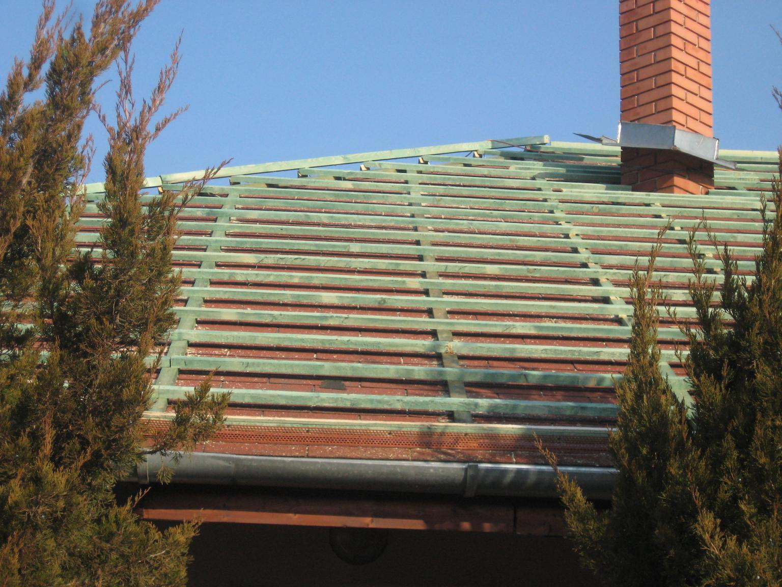 Átfedéses tetőfelújítás egy újpesti családi házon. A tetőlécek rögzítésre kerültek.